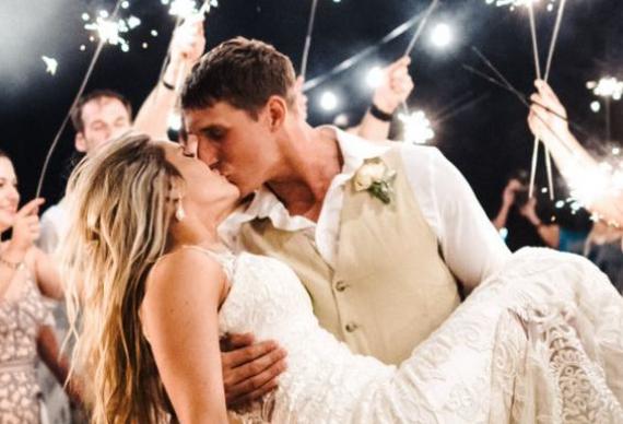 жених уносит невесту на руках
