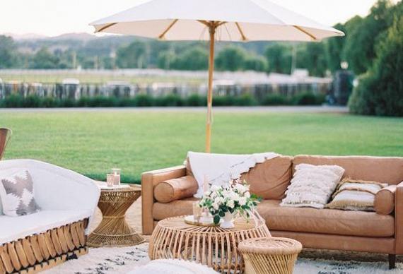 зона отдыха на свадебной вечеринке